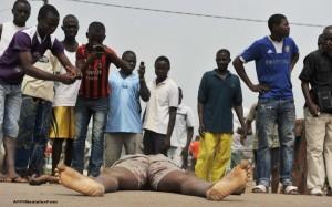 Un barbat care a furat telefonul mobil unui bolnav de Ebola din spitalul Kagadi, Uganda, s-a infectat la randul sau cu acest virus mortal.