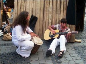 Plagiată de la adresa  http://vioreldima.blogspot.ro/2010/09/menestrel.html, vara aceasta se poartă